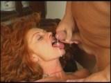 Maman se prend une giclée de sperme
